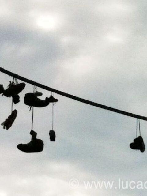 scarpe appese