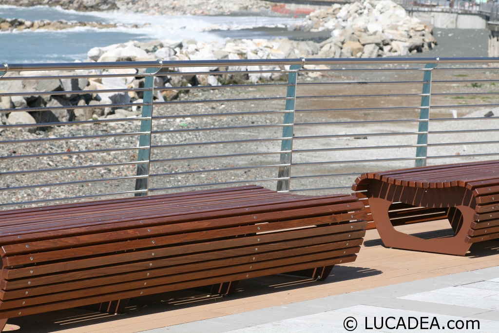 Panchine in legno tutte le offerte cascare a fagiolo for Vendita arredo urbano