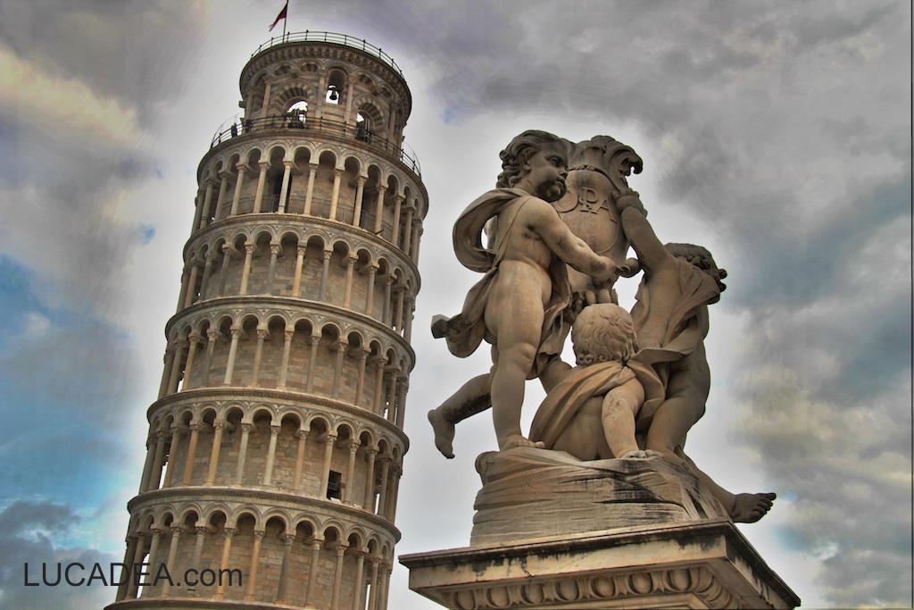 Torre di pisa e statua di Angeli