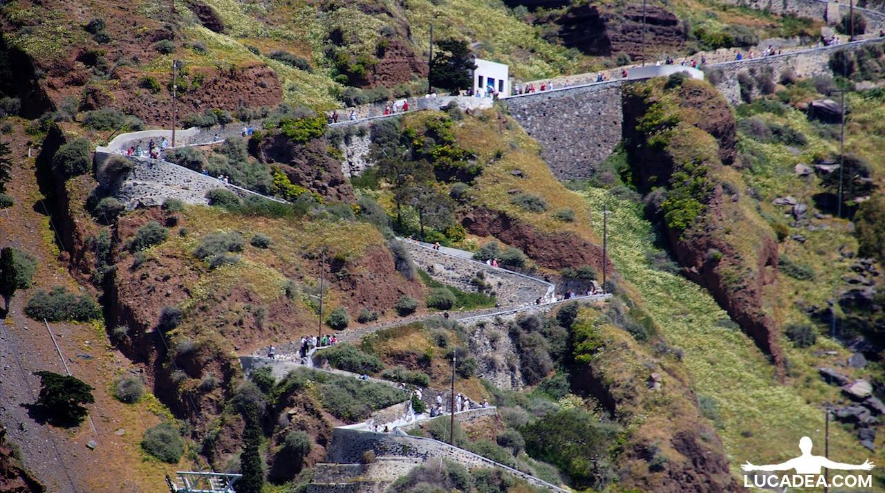 La strada che porta fino in cima a Santorini
