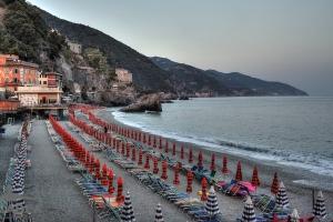 lettini-e-ombrelloni-chiusi-a-Monterosso