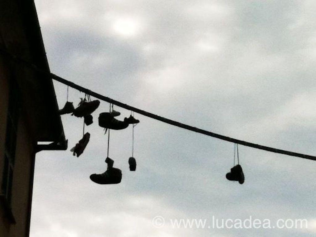 Le scarpe appese per Sestri (foto)