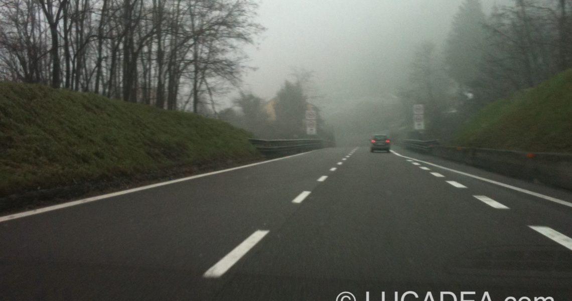 Autostrada con la nebbia