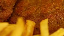 Cordon bleu e patatine fritte, macro (foto)