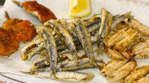 Fritto misto di pesce: acciughe