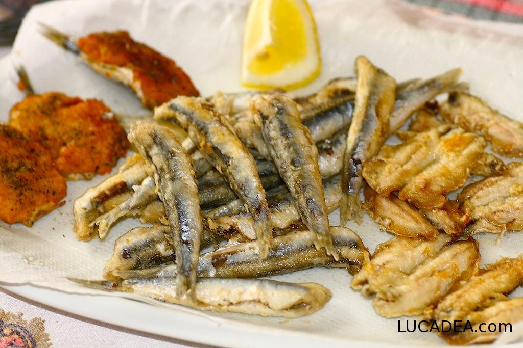 Fritto misto di pesce: acciughe (foto)