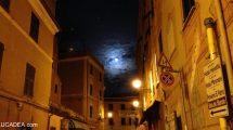 Luna quasi piena dal carruggio di Sestri Levante (foto)