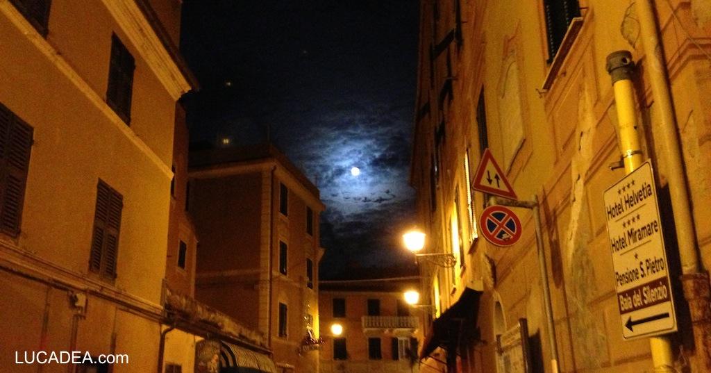 Luna quasi piena dal carruggio di Sestri Levante