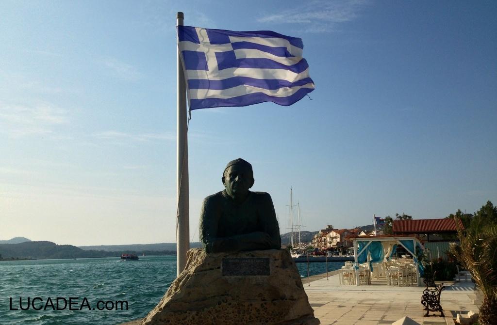 Statua e bandiera greca (foto)