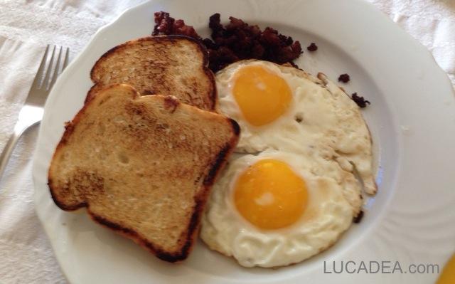 Colazione con bacon e uova