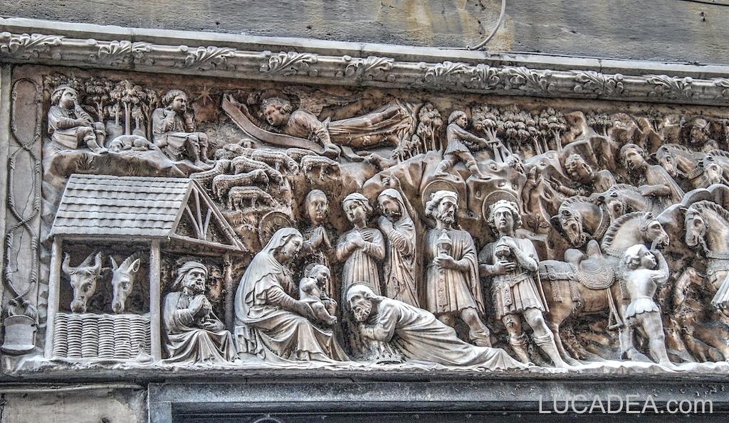 Bassorilievo nel centro storico di Genova