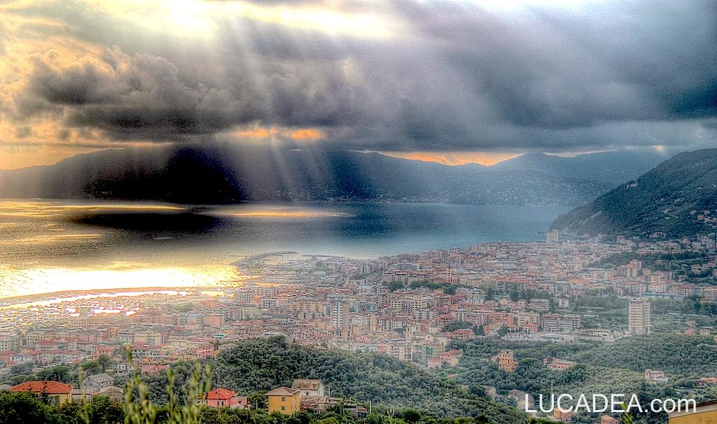 Lavagna e Chiavari viste da Santa Giulia in un pomeriggio nuvoloso