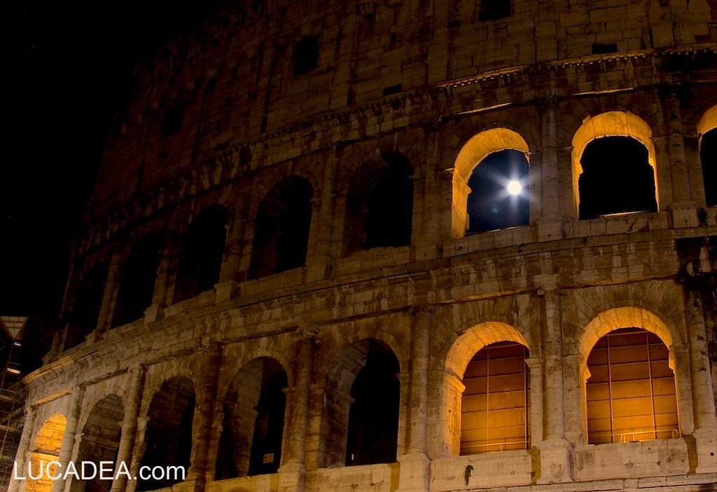 Luna piena nel Colosseo
