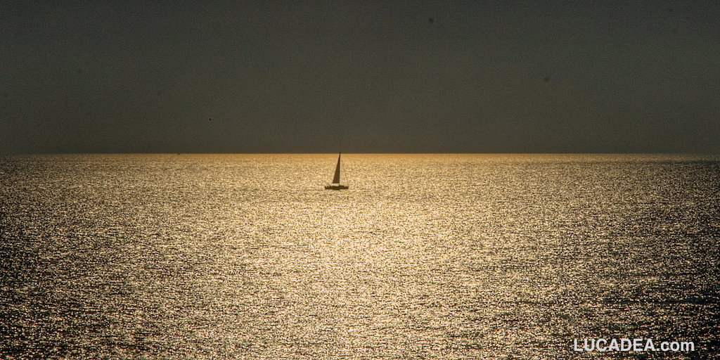 Barchetta in mezzo al mare