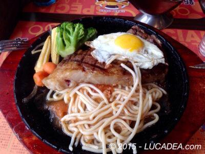 Noodles, bistecca e uovo