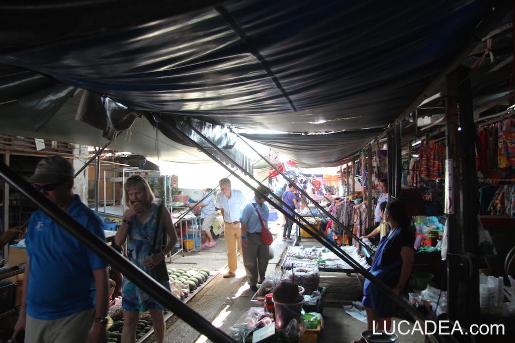 Mercato di Maeklong, il train market