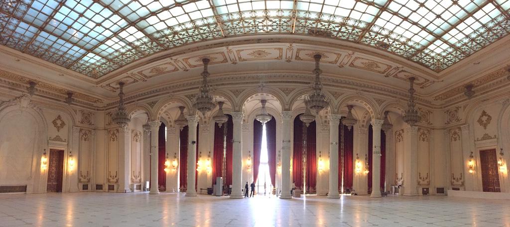 Il palazzo del parlamento di bucarest foto for Le due camere del parlamento