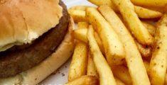 Patatine fritte ed hamburger (foto)