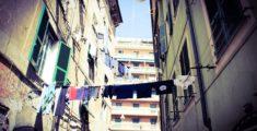 Panni stesi tra palazzi a Genova
