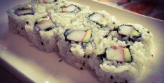 Ura California: un tipo di sushi con avocado e surimi