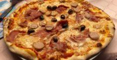 Pizza prosciutto e würstel e olive (foto)