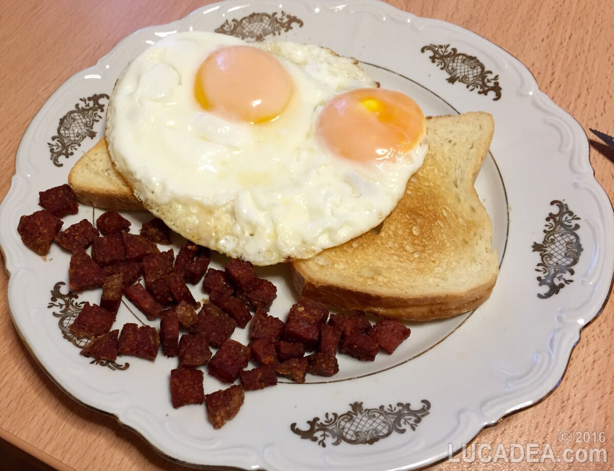 Uova con salame e pane in cassetta