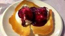 Cialda con gelato e frutti di bosco