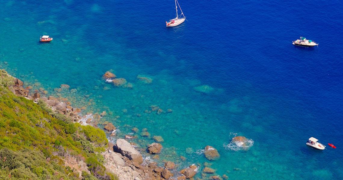 Mare blu in Liguria.