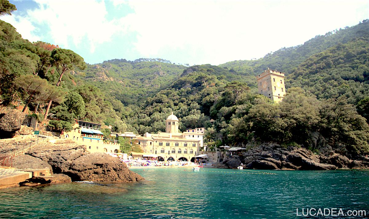 San Fruttuoso di Camogli: il bel convento visto dal mare (foto)