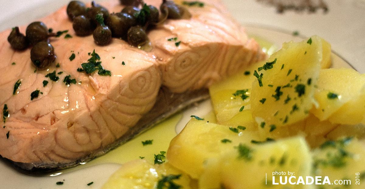 Salmone bollito e patate, piatto leggero e sfizioso (foto)