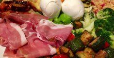 Antipasti di terra: prosciutto, mozzarella e verdure