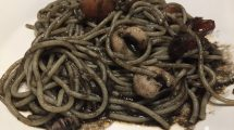 Spaghetti con seppie e pomodorini al nero di seppia