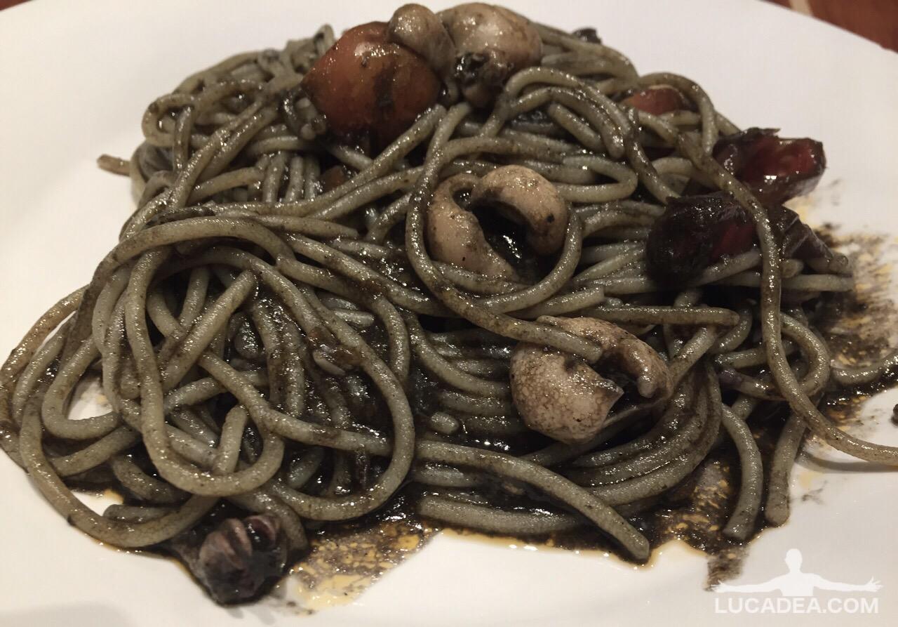 Spaghetti con seppie e pomodorini al nero di seppia (foto)