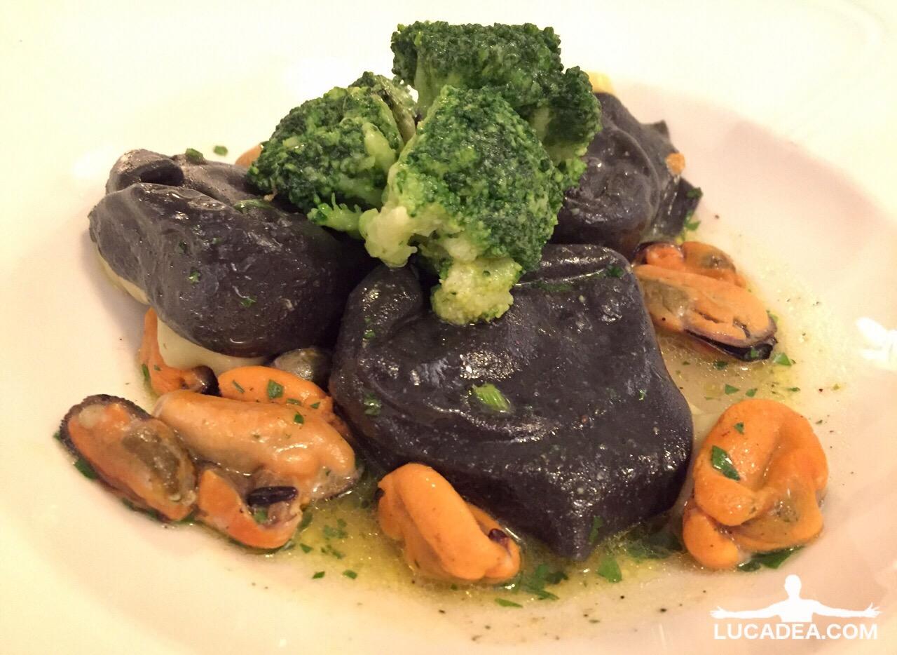 Tortelloni neri con farcia di pescatrice su brodetto di cozze e broccoli (foto)