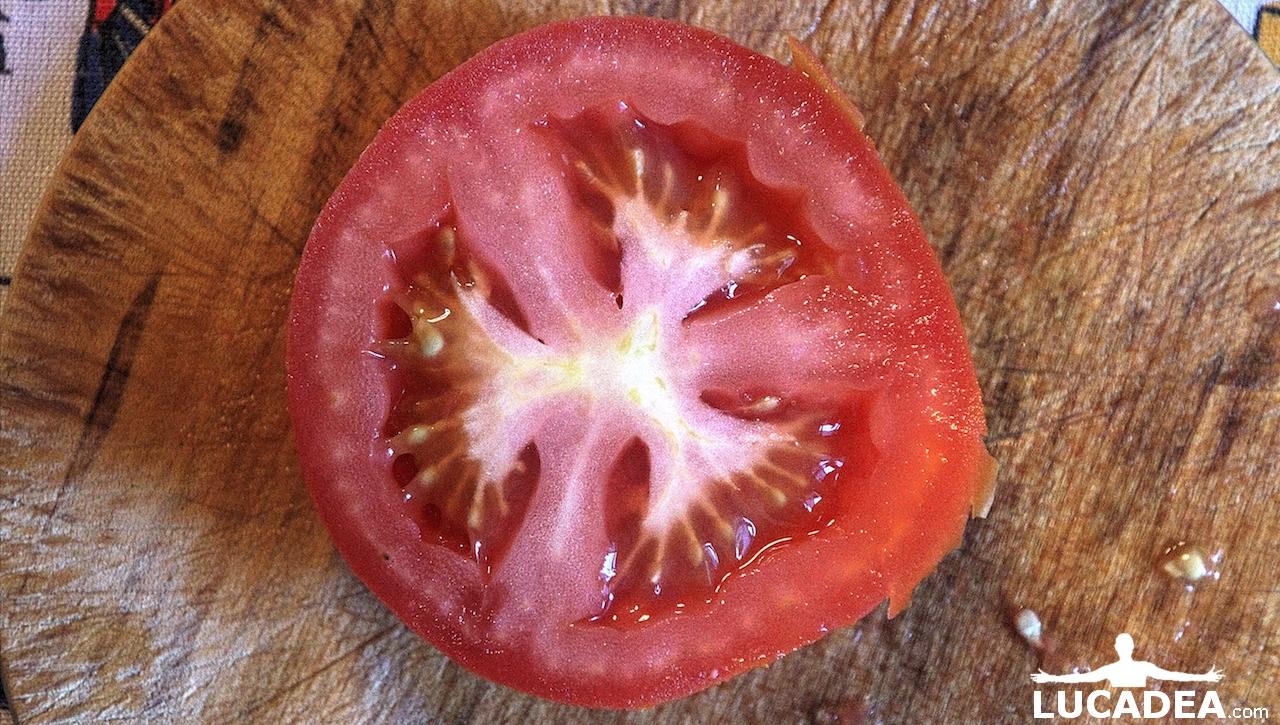Pomodoro fresco tagliato