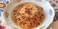 Spaghetti alle acciughe e mollica di pane, la ricetta