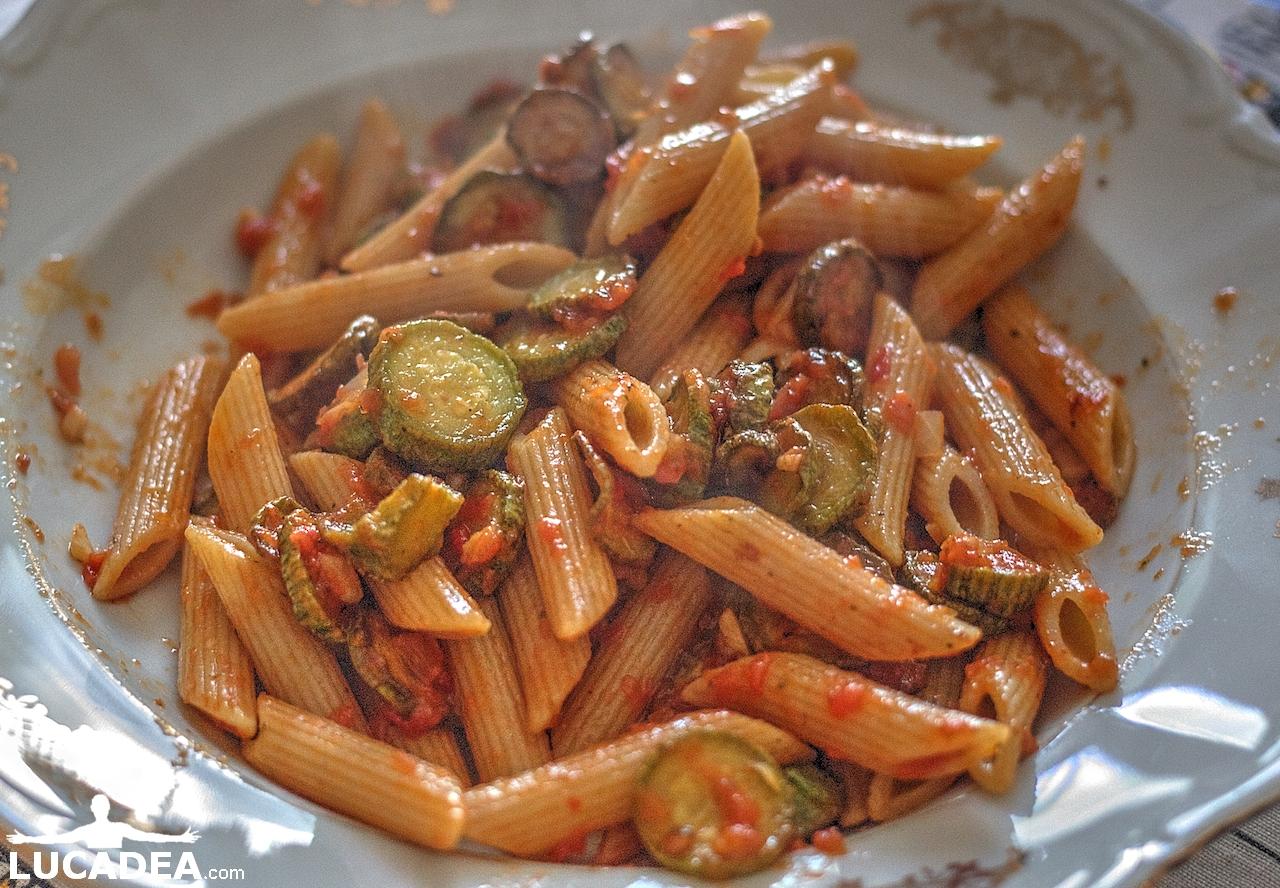 Penne alle zucchine e pomodoro (foto hdr)
