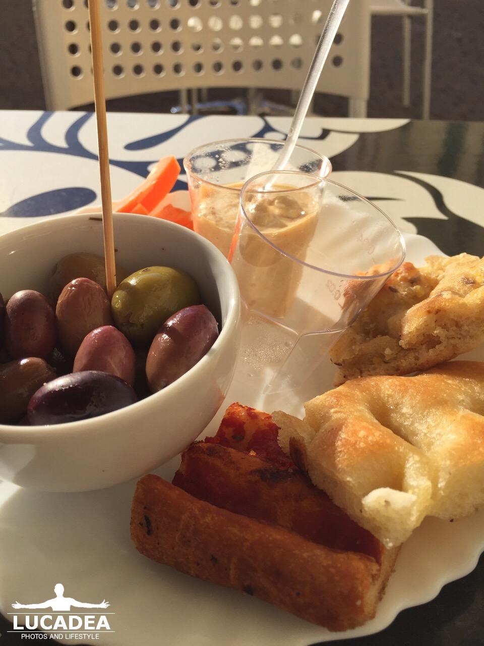 Aperitivo in Liguria, olive e focaccia sono un must (foto)
