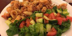 Calamari fritti e insalata greca (foto)