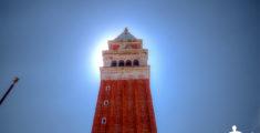 Il campanile di San Marco a Venezia in controluce