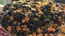 Cozze e gamberi: padellona al buffet della nave