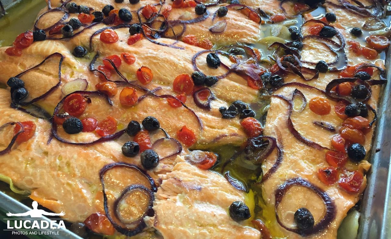 Salmone al forno al buffet della nave NeoRiviera