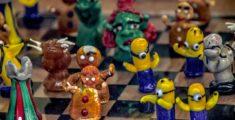 Scacchi in vetro di Murano a tema cartoon (foto hdr)