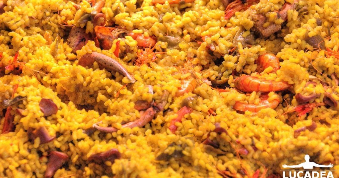 Paella: riso, zafferano, frutti di mare e verdura
