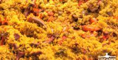 Paella: riso, zafferano, frutti di mare e verdura (foto)