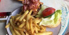 Hamburger con formaggio e bacon, gnam gnam (foto)