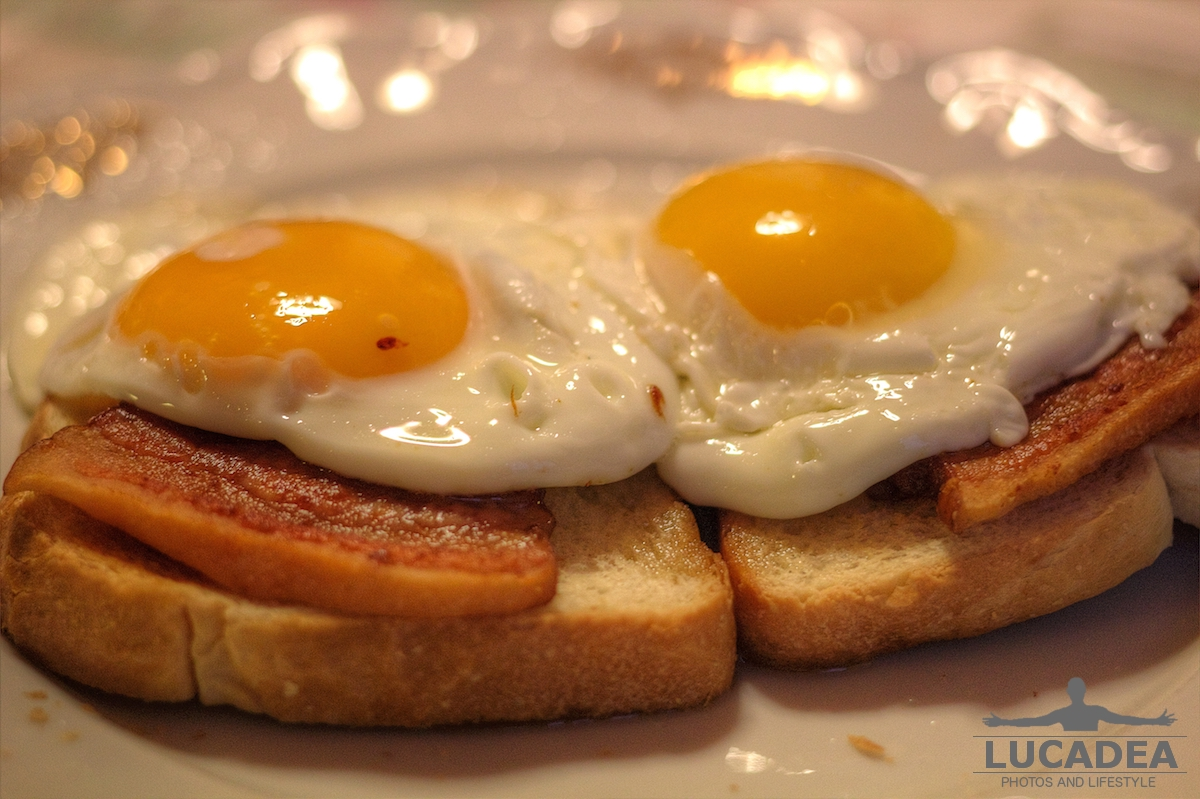 Bacon and eggs, uova e pancetta e pane