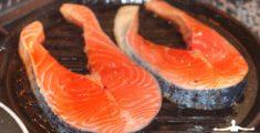 Trancio di salmone mentre cuoce sulla griglia (foto)