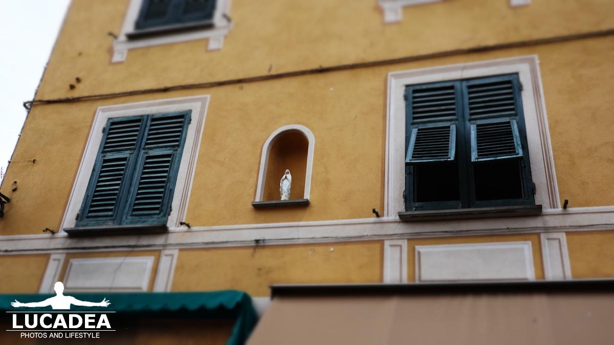Icone sui palazzi di Sestri