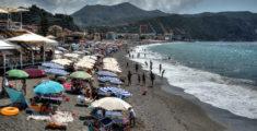 Spiaggia dal Bunker a Riva a luglio